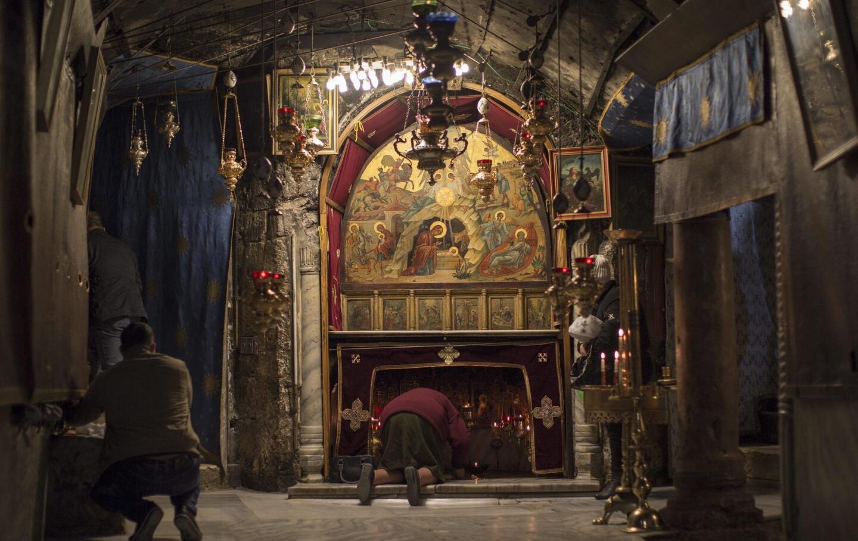 Un devoto reza en la gruta de la Basílica de la Natividad, donde tradicionalmente se cree que nació Jesucristo, en Belén.