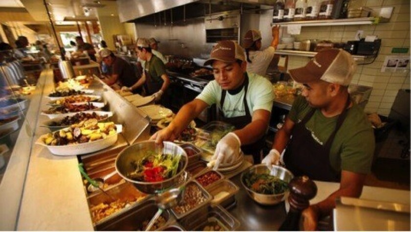 Los trabajadores preparan el almuerzo en Tender Greens, en Santa Mónica. Se espera que los trabajadores gastronómicos vean un fuerte crecimiento del empleo hasta el año 2020 (Los Angeles Times).