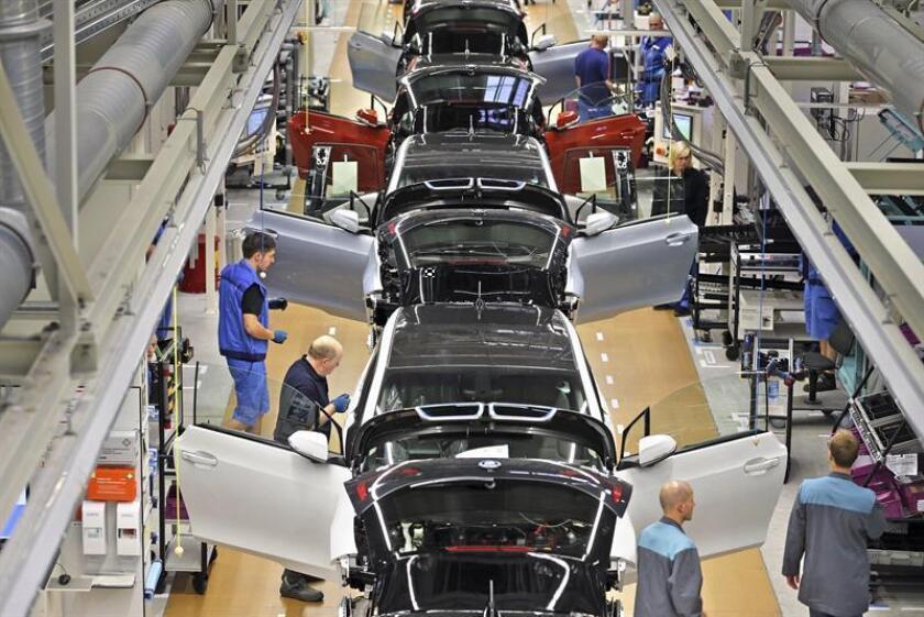 Vista aérea de varios vehículos eléctricos BMW i3 en la fábrica de BMW en Leipzig (Alemania). EFE/Archivo