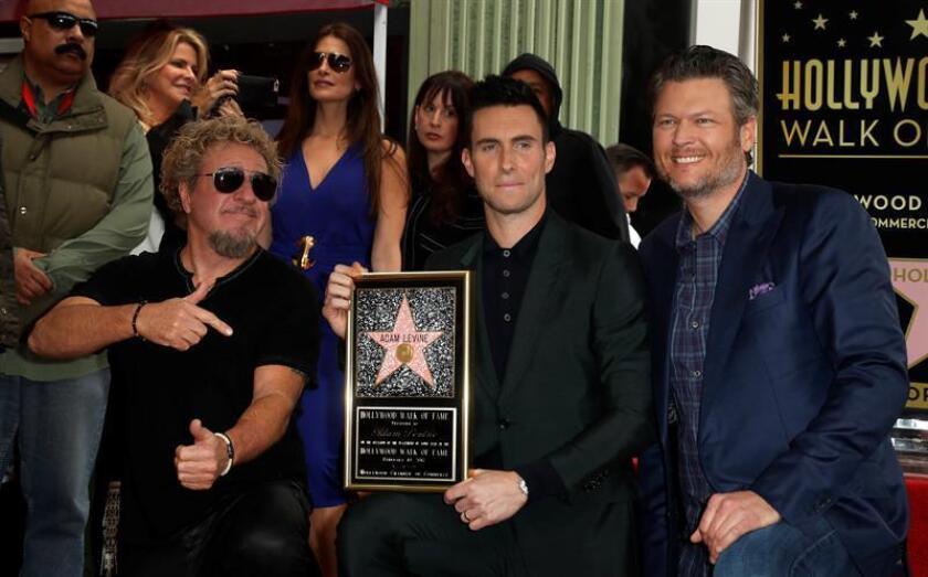 Sammy Hagar y Blake Shelton (R) posan junto al cantante de Maroon 5, Adam Levine, quien recibió hoy, 10 de febrero de 2017, su estrella en el Paseo de la Fama en Hollywood. EFE/EPA