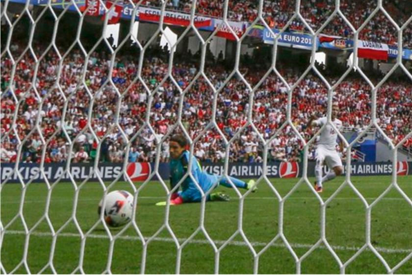 Jakub Blaszczykowski (derecha) anota el primer gol de Polonia al batir al arquero suizo Yann Sommer en el partido por los octavos de final de la Eurocopa en Saint-Etienne, Francia, el sábado 25 de junio de 2016. (AP Foto/Thanassis Stavrakis)