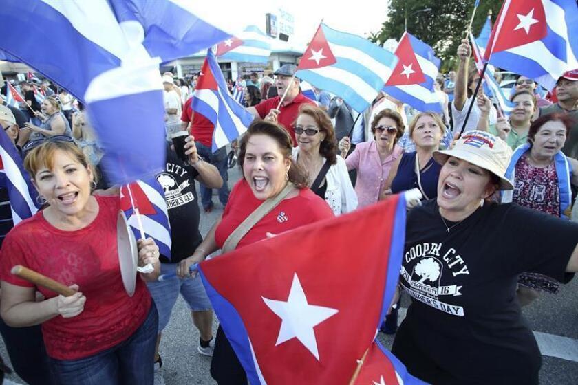 Residentes de Miami celebran la muerte de Fidel.