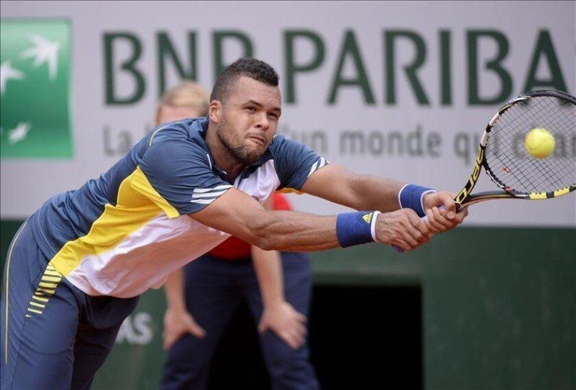El tenista francés Jo-Wilfried Tsonga devuelve la bola al esloveno Aljaz Bedene durante su partido de primera ronda del torneo Roland Garros. EFE