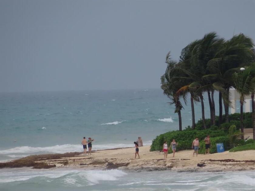 Vista general de las afectaciones propiciadas por el paso de la tormenta Gilma, en Playa del Carmen, en el estado de Quintana Roo (México). EFE/Archivo