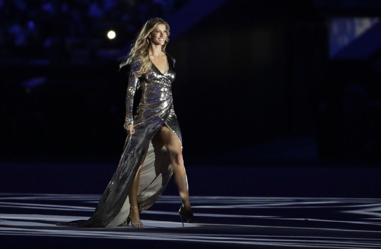 """La modelo Gisele Bundchen camina en el escenario mientras la canción """"Garota de Ipanema"""" suena en la ceremonia inaugural de los Juegos Olímpicos 2016 en Río de Janeiro, Brasil."""