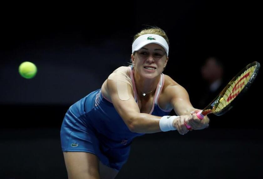 La tenista rusa Anastasia Pavluychenkova devuelve la bola a la letona Jelena Ostapenko durante su encuentro de segunda ronda del Torneo WTA de San Petersburgo (Rusia), este jueves. EFE
