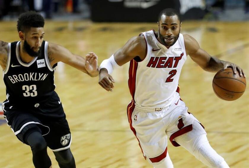 El jugador de los Nets de Brooklyn Allen Crabbe (i), disputa el balón con Wayne Ellington (d) de los Heat de Miami, durante un partido. EFE/Archivo