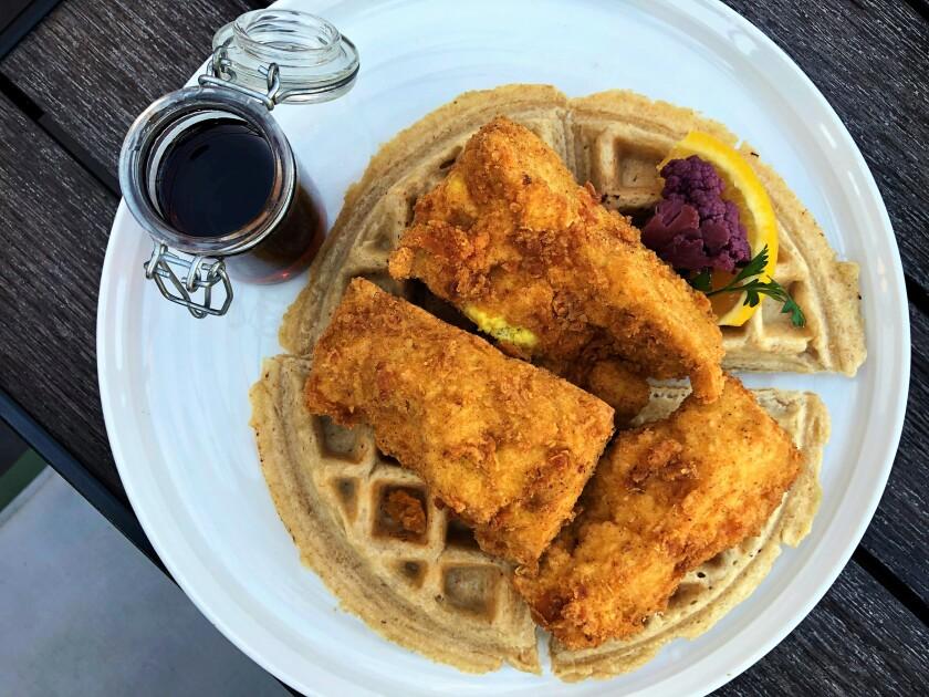 Pollo y waffles veganos en The Plot, un restaurante basado en plantas y de cero residuos en Oceanside.