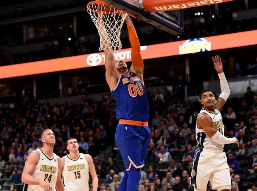 El centro de New York Knicks Enes Kanter (c) encesta ante el defensa Gary Harris (d), el centro Nikola Jokic (2-i) y el centro Mason Plumlee (i) de Denver Nuggets durante un partido de la NBA. EFE/Archivo