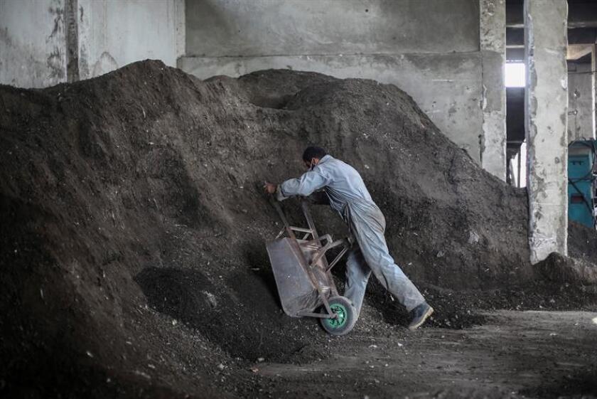 EC Waste, la empresa que almacena residuos de combustión de carbón en el sur de Puerto Rico, reafirmó hoy en un comunicado su derecho a continuar con sus actividades, tras realizar un análisis legal de la decisión Tribunal Supremo de la isla sobre el asunto. EFE/Archivo