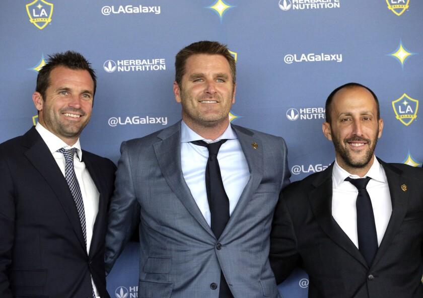Chris Klein (izq.), el extrenador Curt Onalfo, middle, y Peter Vagenas.