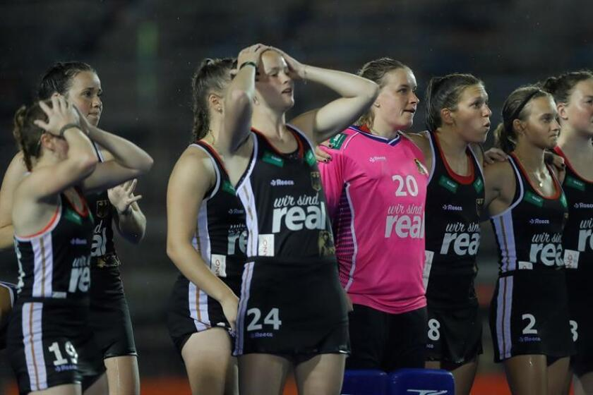 Las jugadoras de Alemania lamentan su derrota durante un partido del Hockey Pro League femenino disputado este viernes en Buenos Aires (Argentina). EFE