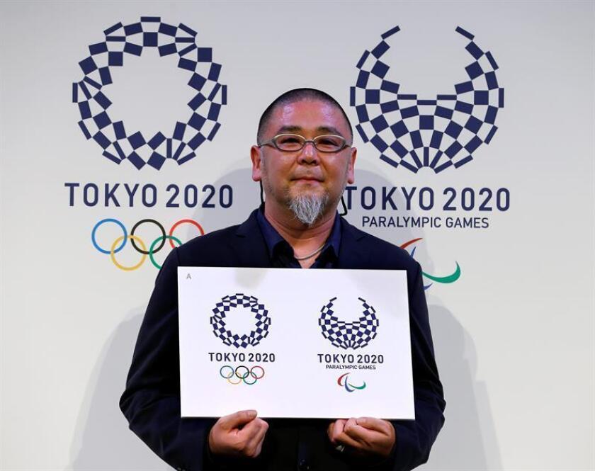 El artista japonés Aso Tokolo muestra su diseño del logo de los Juegos Olímpicos y Paraolímpicos de Tokio 2020, en Tokio, Japón. EFE/Archivo