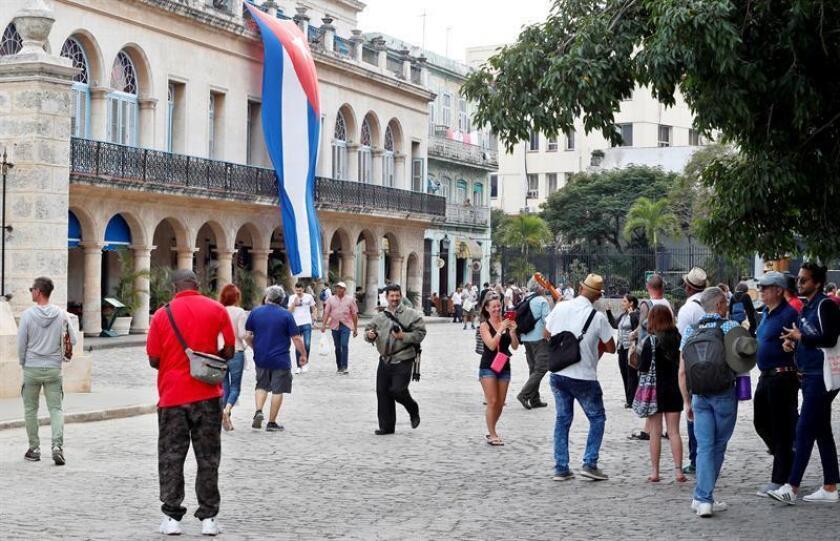 Fotografía tomada el pasado 16 de enero en la que se registró a varios de turistas al disfrutar del invierno tropical de La Habana (Cuba). EFE