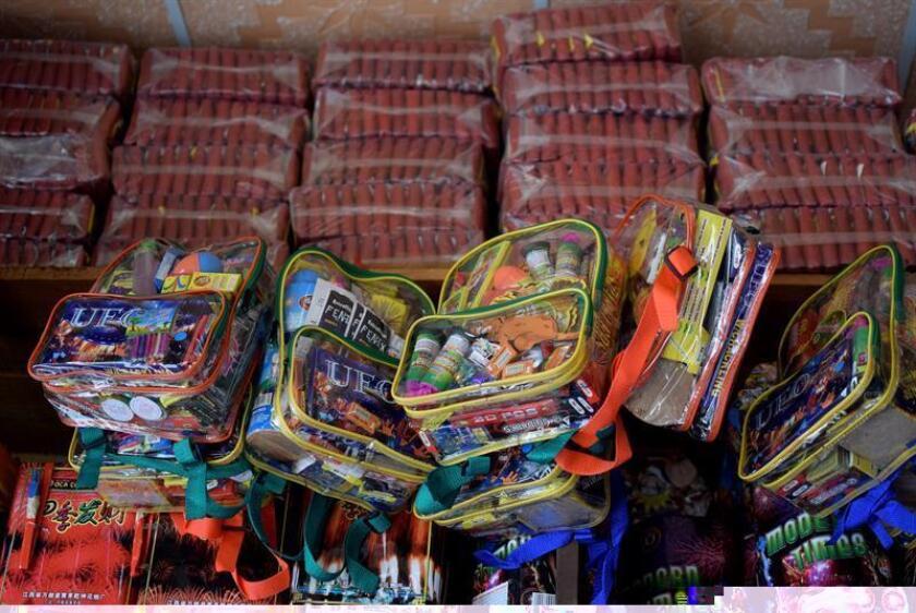 La Fiscalía General de México informó hoy del decomiso de más de una tonelada de material pirotécnico en la localidad de Comalcalco, en el suroriental estado de Tabasco, una semana después de que una explosión en un mercado de venta de esos productos causara 36 muertos y decenas de heridos. EFE/ARCHIVO