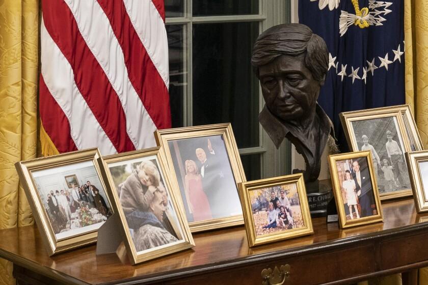 Estatua de César Chávez en una consola del Despacho Oval, colocada por el presidente de EEUU Joe Biden.