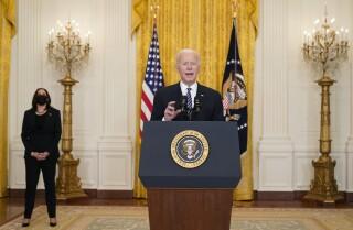 El president Joe Biden dona una breu sobre vacunes de COVID-19 des de la Sala Est de la Casa Blanca, el dijous 18 de març de 2021, a Washington. (AP Fotografia / Andrew Harnik)