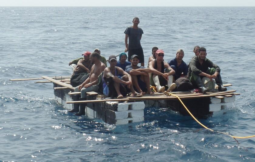 ARCHIVO. Fotografía que muestra el rescate de doce cubanos que se encontraban en una balsa a la deriva, a unas 119 millas náuticas (220 kilómetros), al noreste de Progreso, en el suroriental estado de Yucatán (México). EFE/SEMAR/INM