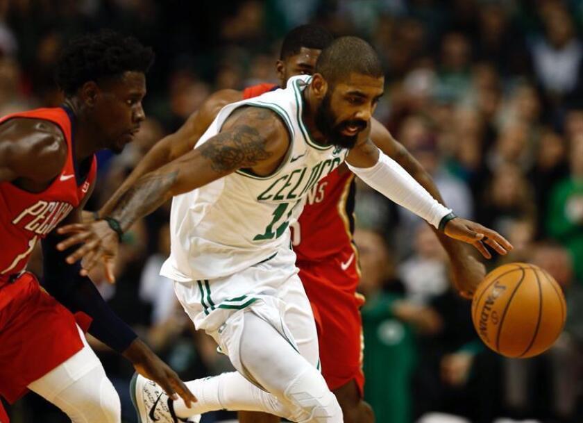 En la imagen un registro de Kyrie Irving (c), alero estrella de los Celtics de Boston, quien aportó un doble-doble de 27 puntos y 18 asistencias en el triunfo de su equipo 117-108 sobre los Raptors de Toronto. EFE/Archivo