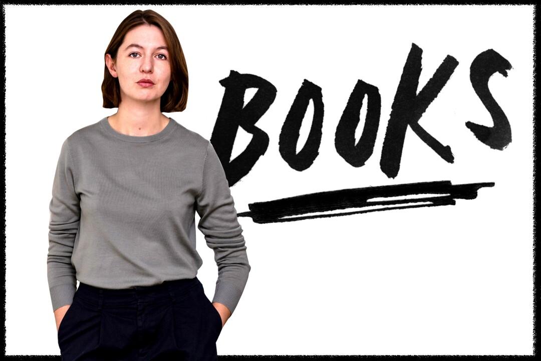 La autora Sally Rooney posa con una camisa gris de manga larga.