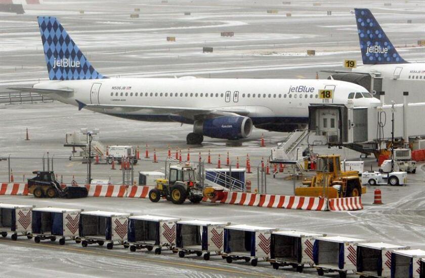 Fotografía de archivo donde se observa un avión de la compañía aérea JetBlue. EFE/Archivo
