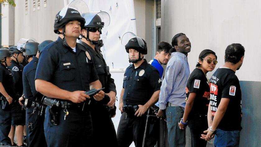 Un grupo de jóvenes es detenido por realizar una manifestación contra el abuso policíaco en el centro de Los Ángeles.