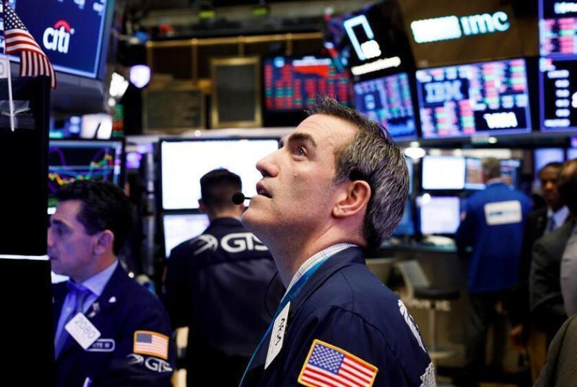 Corredores de bolsa trabajan en la Bolsa de Valores de Nueva York (Estados Unidos). EFE