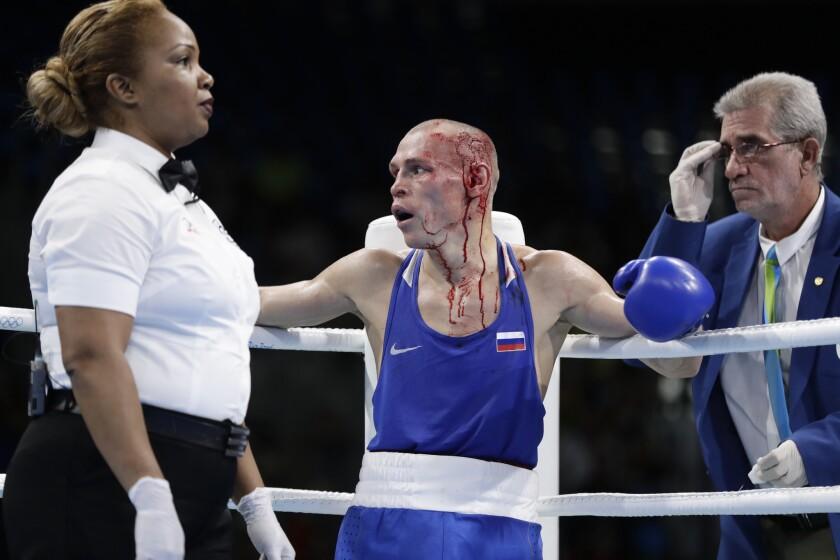 El ruso Nikitin Vladimir mira asombrado a su esquina luego que detuvieran su pelea por los cortes ante Boe Warawara en combate de peso gallo en el boxeo olímpico de Río 2016.