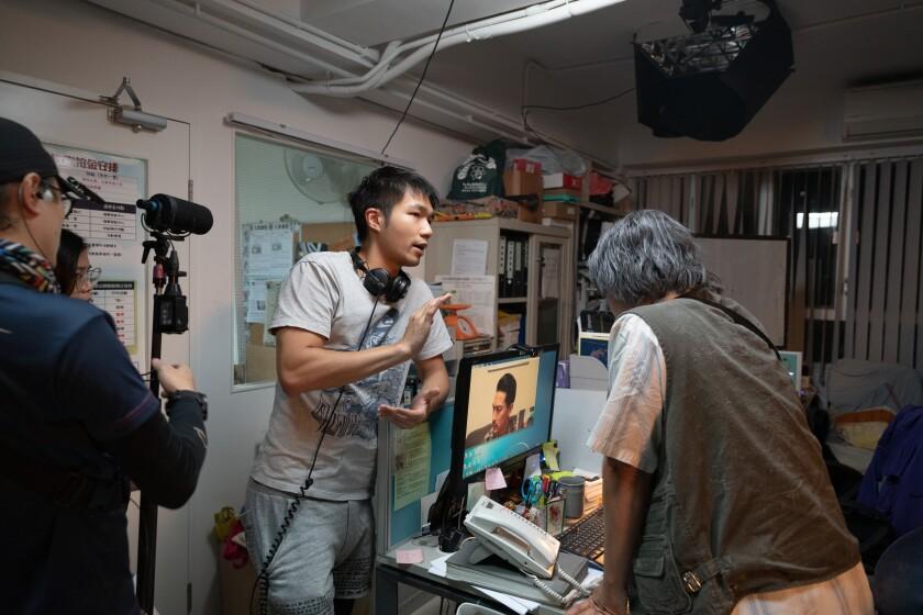 """جون لی کارگردان هنگ کنگی با تکنسین ها روی صحنه فیلمش کار می کند """"شناور."""""""