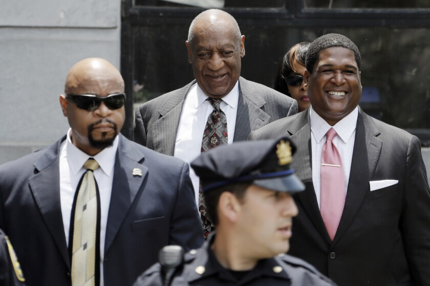Bill Cosby sonríe al salr de la corte del condado de Montgomery tras una audiencia preliminar el 24 de mayo de 2016 en Norristown, Pennsylvania. Cosby está acusado de drogar y abusar sexualmente de una mujer en la casa del comediante e 2004. (Foto AP/Matt Slocum)