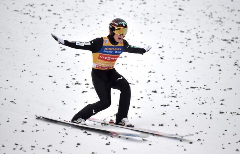 El japonés Ryoyu Kobayashi durante la ronda final de la tercera etapa del tradicional torneo Cuatro Trampolines en Innsbruck, Austria. EFE