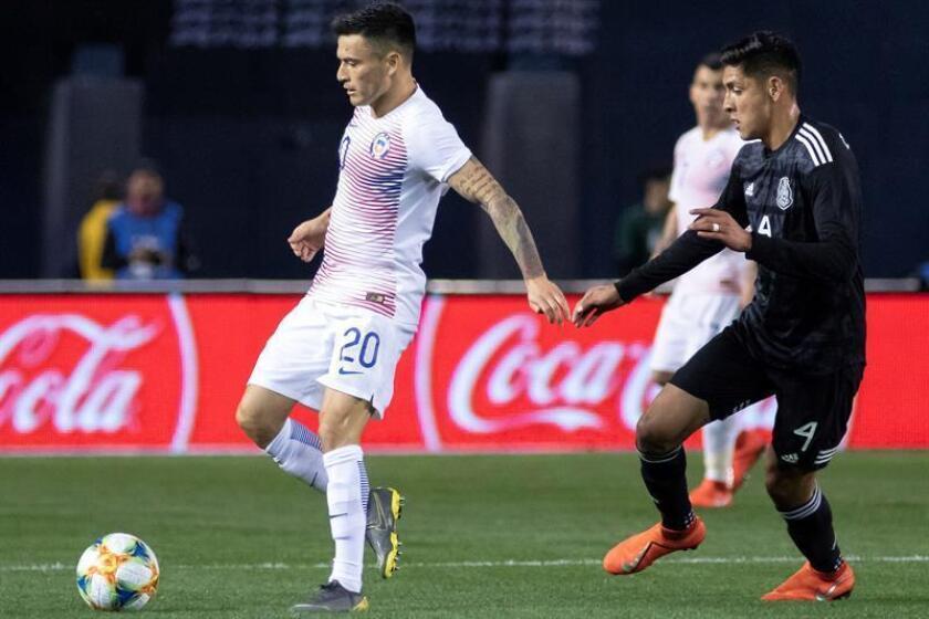 El chileno Charles Aranguiz (i) en acción contra Edson Álvarez (d) de México durante un partido amistoso internacional entre México y Chile en el estadio SDCCU en San Diego, California, EE. UU., El 22 de marzo de 2019. EFE