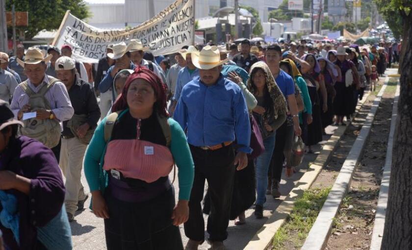 Indígenas protestan este martes en una de las principales calles de la ciudad de Tuxtla Gutiérrez, en el sureño estado de Chiapas (México). EFE/Carlos López