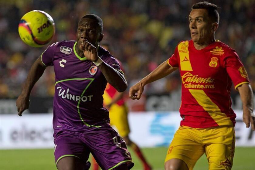 El jugador de Morelia Juan Pablo Rodríguez (d) y Miguel Ángel Murillo (i), de Veracruz pelean por el balón hoy, viernes 9 de marzo de 2018, durante un juego de la jornada 11 del torneo clausura 2018 del fútbol mexicano, en el estadio Morelos de la ciudad de Morelia (México). EFE