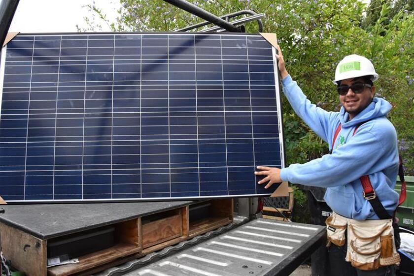 El crecimiento de la energía solar ha llevado al país a contar ya con una capacidad fotovoltaica instalada de 53 gigavatios (GW), suficientes para atender la demanda de 10,1 millones de hogares, según el informe de un centro de estudios medioambientales divulgado hoy. EFE/Archivo