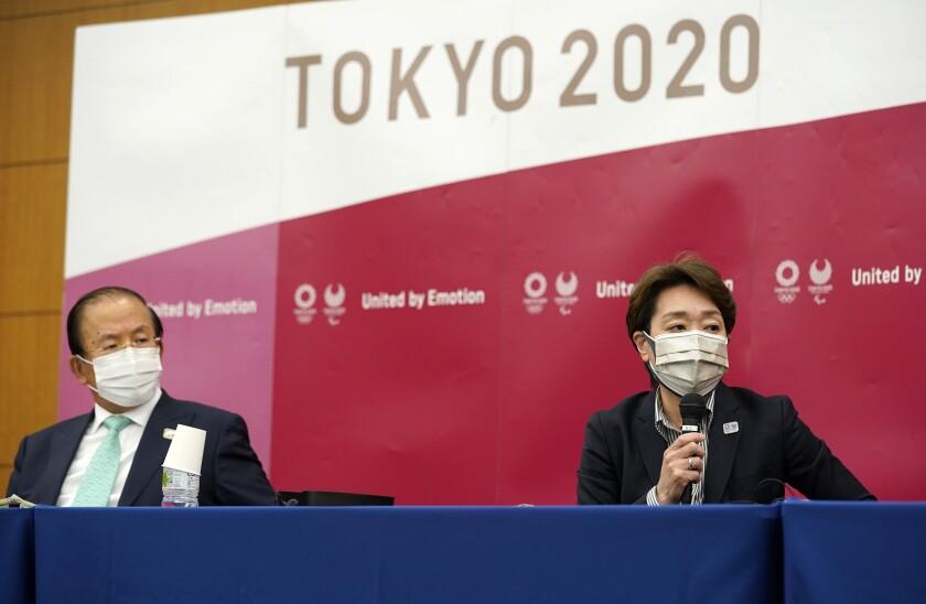 Seiko Hashimoto (derecha) y el director ejecutivo Toshiro Muto