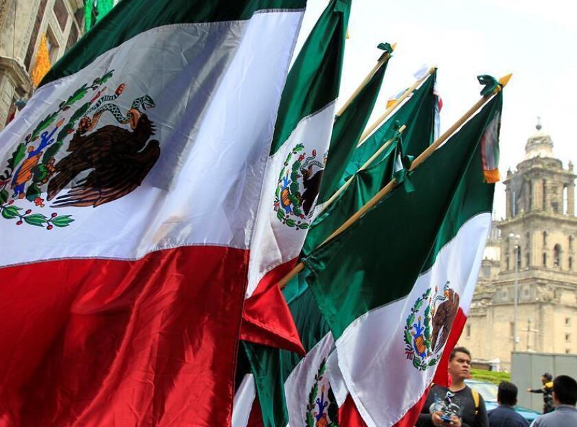 Fotografía de banderas mexicanas expuestas para la venta el viernes, 14 de septiembre de 2018, en Ciudad de México (México). EFE