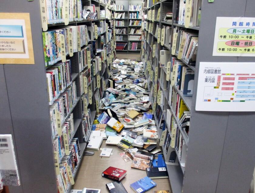 En la imagen, libros caídos de estanterías en una biblioteca en Iwaki, en el prefectura de Fukushima, el 22 de noviembre de 2016, tras un fuerte sismo que provocó una alerta por tsunami y una orden para evacuar la región. (Kyodo News via AP)