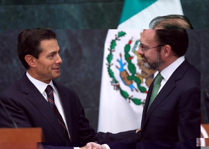 El presidente de México, Enrique Peña Nieto, relevó hoy en el cargo a la secretaria de Relaciones Exteriores, Claudia Ruiz Massieu, por el exsecretario de Hacienda Luis Videgaray, considerado el funcionario que orquestó la polémica visita de Donald Trump al país en septiembre pasado. EFE