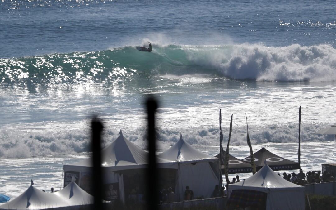 Carissa Moore, do Havaí, surfa seu caminho para se tornar a campeã mundial nas finais da World Surf League em Lower Trestles.