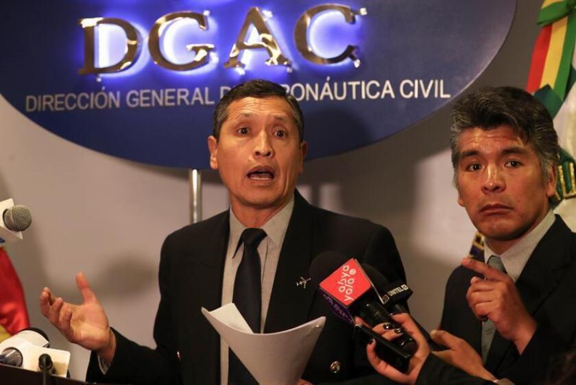 El director de la Dirección General de Aeronáutica Civil (DGAC), Celier Aparicio (i), ofrece una rueda de prensa hoy, lunes 9 de julio de 2018, en La Paz (Bolivia). EFE