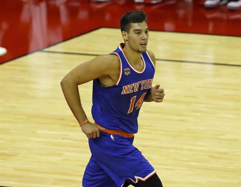 Willy Hernangómez de los New York Knicks corre por la cancha durante un partido de la NBA. EFE/Archivo