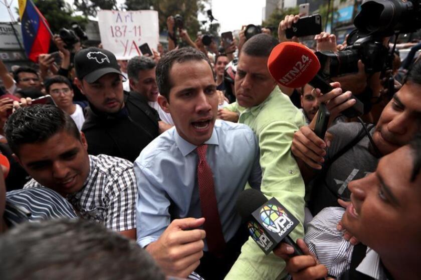 El jefe del Parlamento de Venezuela, Juan Guaidó (c), que se proclamó presidente interino del país en enero, habla con la prensa en medio de decenas de sus simpatizantes durante una manifestación. EFE/Archivo