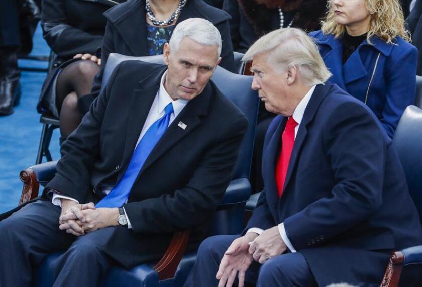 El vicepresidente electo Mike Pence (i) habla con el presidente electo Donald Trump (d ) durante la ceremonia de investidura de Donald J. Trump como 45º presidente de los Estados Unidos en el Capitolio, Washington DC (Estados Unidos) hoy, 20 de enero de 2017. EFE