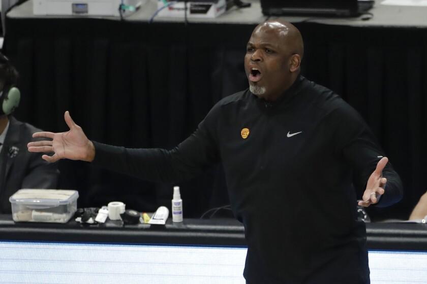 En foto del 1 de julio del 2021, el entrenador de los Hawks de Atlanta Nate McMillan en el juego 5 de las Finales de la Conferencia Este ante los Bucks de Milwaukee. El lunes 5 de julio del 2021, los Hawks llegna a un acuerdo con McMillan para que se convierta en el entrenador a largo plazo. (AP Photo/Aaron Gash)