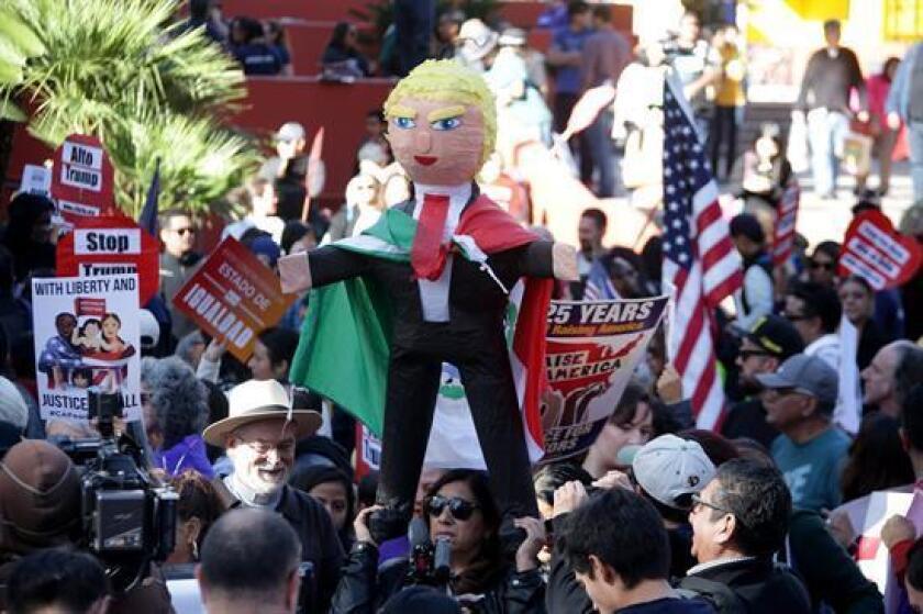 Cientos de activistas marcharon por las calles del centro de Los Angeles el domingo para protestar contra el presidente electo Donald Trump. (Genaro Molina / Los Angeles Times)