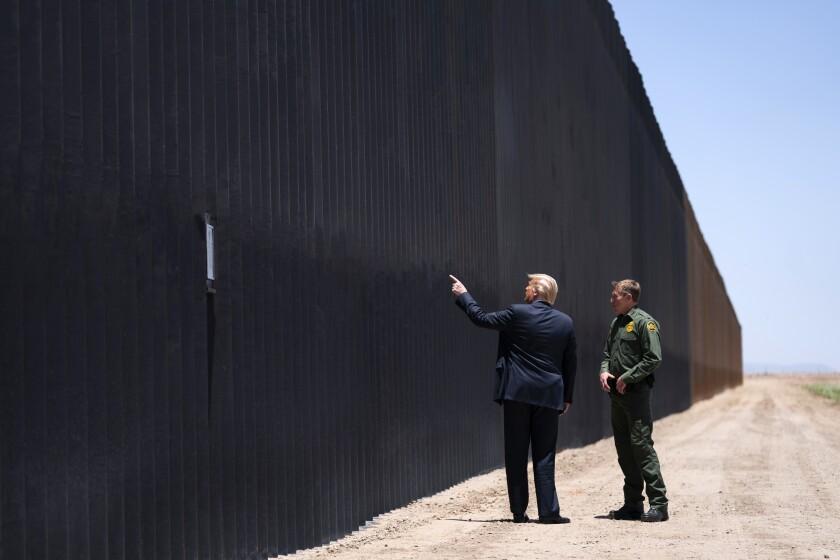 El presidente Donald Trump habla con Rodney Scott, el jefe de la Patrulla Fronteriza