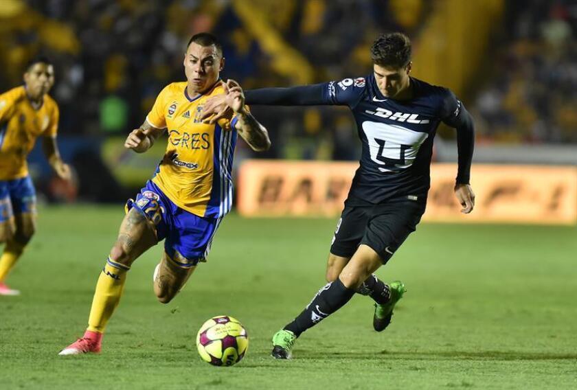 El jugador de Tigres Eduardo Vargas (i) disputa el balón con Pablo Jaquez (d) de Pumas durante un partido correspondiente a la jornada 14 del Torneo Clausura del Fútbol Mexicano disputado en el estadio Universitario (UANL) de la ciudad de Monterrey (México) . EFE/Archivo