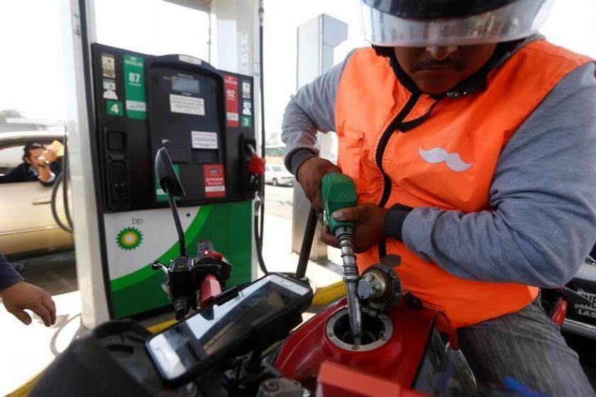 Un consumidor compra gasolina racionada hoy, miércoles 9 de enero de 2019, en una gasolinera de Ciudad de México (México). EFE