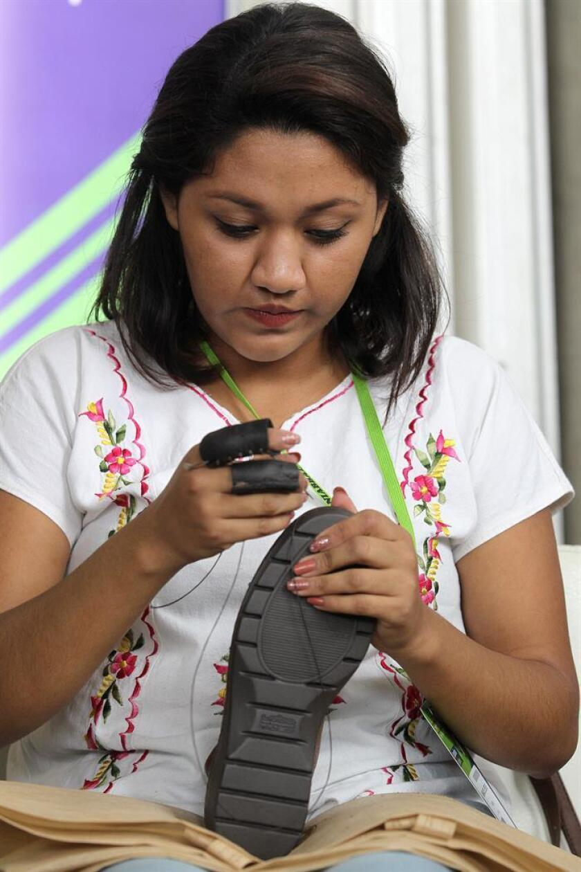 Fotografía de archivo del 28 de agosto de 2017, que muestra a una mujer reparando calzado en la ciudad de León (Méxco). Al menos 5,4 millones de mexicanas han sufrido violencia laboral y pese a que se ha luchado por la equidad todavía está lejos de conquistarse, señaló hoy una especialista. EFE/ARCHIVO